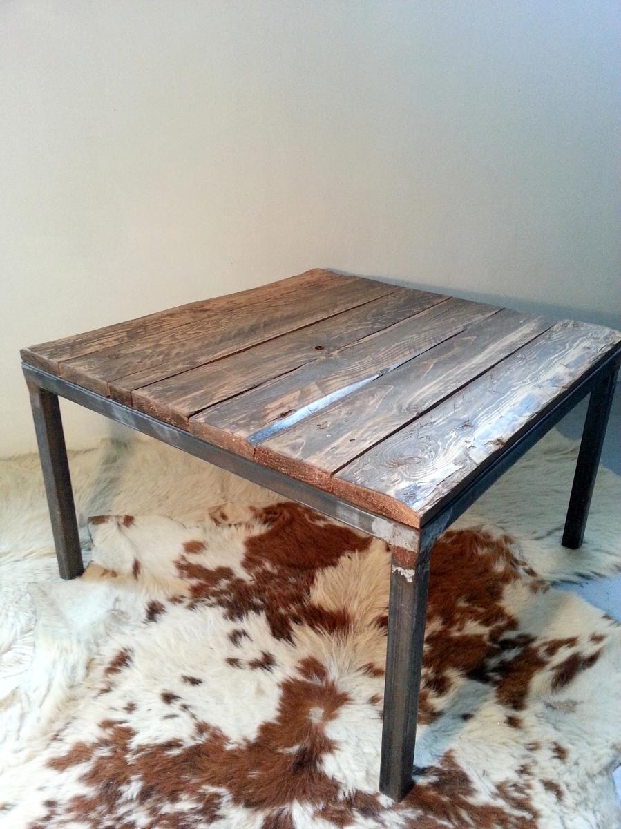 table basse / bout de canapé / table d'appoint industriel Pieds en métal et plateau bois de palette