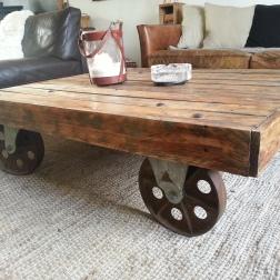 table basse industrielle palette roues métal