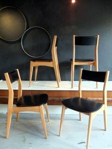 4 chaises vintages bois blond et simili cuir noir années 70